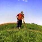 Faut-il faire appel à un géomètre pour un bornage de terrain?