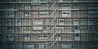 Échafaudage sur toute la façade d'un immeuble