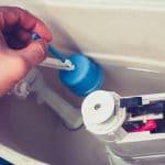 Comment réparer une chasse d'eau qui fuit ?