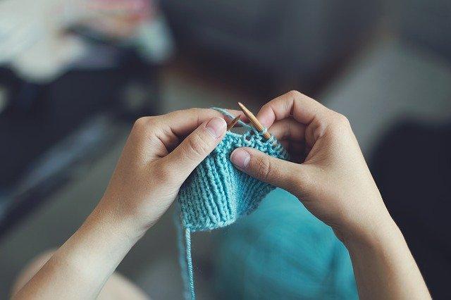 Une femme qui tricote pour symboliser le maillage interne.